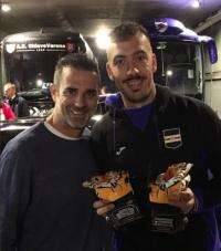 Stefano Sorrentino regala i suoi guanti ad Emiliano Viviano.